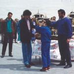 1990. Torneo Villegas. El presidente, Fidel Mazo, entrega un trofeo junto a Ricardo Moreno, jugador del CD Logroñés en Primera División.